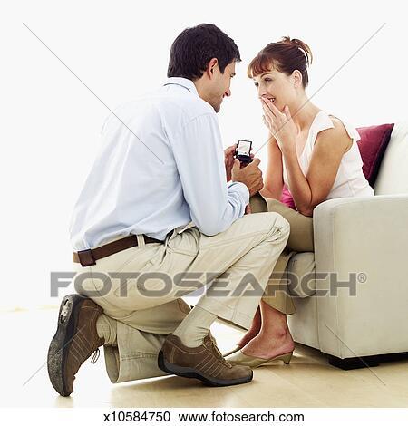 stock fotografie junger mann vorschlagen to a junge frau mit a verlobungsring x10584750. Black Bedroom Furniture Sets. Home Design Ideas