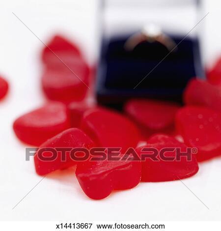 image gros plan de coeur rouge form bonbons entourer une bague fian ailles dans a. Black Bedroom Furniture Sets. Home Design Ideas