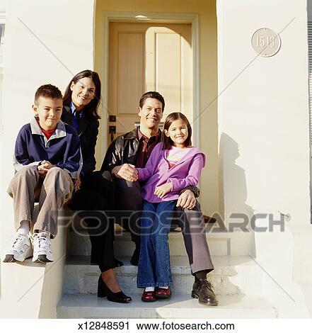 Archivio fotografico famiglia seduta su portico for Disegni cottage portico anteriore