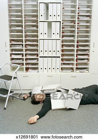 banques de photographies homme coucher plancher couvert dans fichiers par pigeonholes. Black Bedroom Furniture Sets. Home Design Ideas