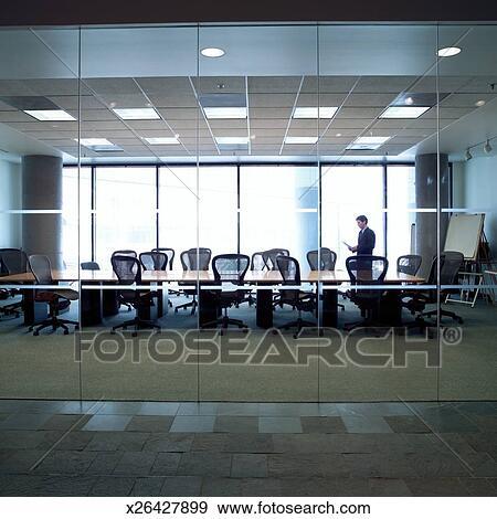 banque de photographies homme affaires tient dans salle conf rence vue par fenetres. Black Bedroom Furniture Sets. Home Design Ideas