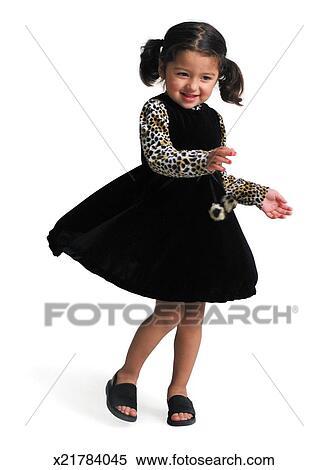 stock bild a klein ethnisch m dchen in a schwarzes kleid mit leopardenmuster rmel. Black Bedroom Furniture Sets. Home Design Ideas