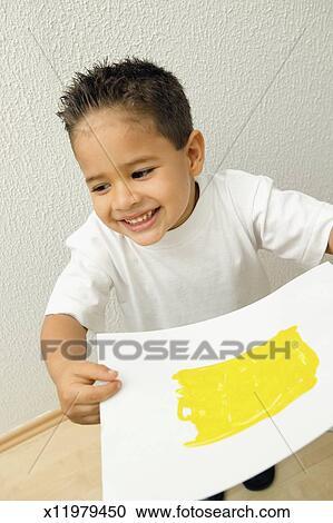 Stock fotografie vier jaar oud jongen met vinger het schilderen op groot blad van - Schilderen kind jongen ...