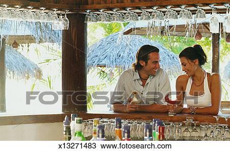 banque de photo s ance homme barre tenue a cocktail bavarder a timide femme x13271483. Black Bedroom Furniture Sets. Home Design Ideas
