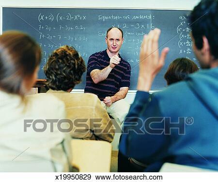 Enseignant avec un groupe d'tudiants en salle de classe