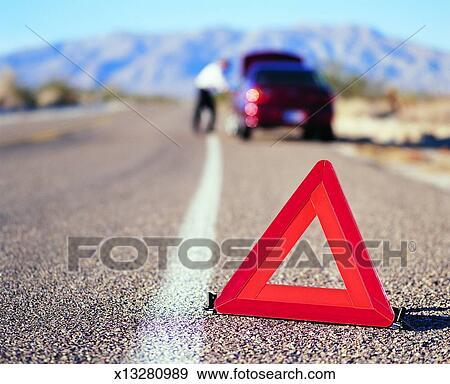 banque de photographies triangle avertissement devant panne voiture route x13280989. Black Bedroom Furniture Sets. Home Design Ideas