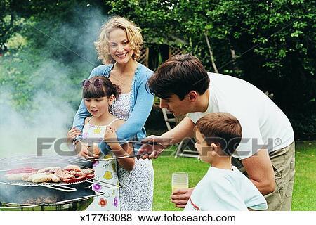 Beelden het koken van de familie een barbecue in hun tuinbeelden x17763088 zoek stock for Beeldkoken