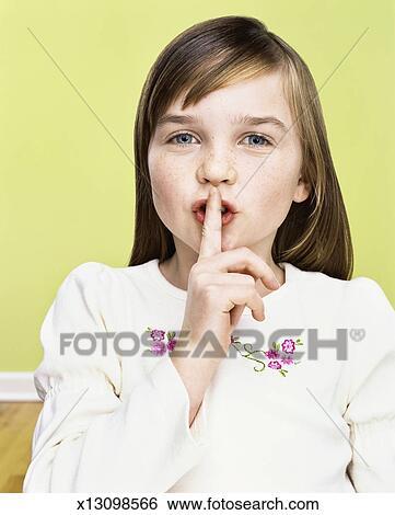 Stock Bilder - junges mädchen, fingern, auf, sie, lippen