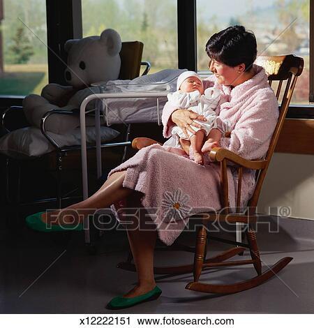 Stock fotografie mutter halten neugeborenes baby for Schaukelstuhl baby
