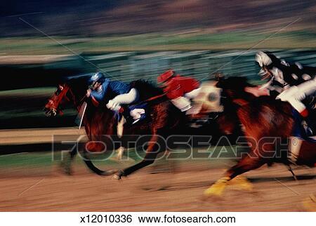 Stock bild horse racing seitenansicht von drei pferden blurred