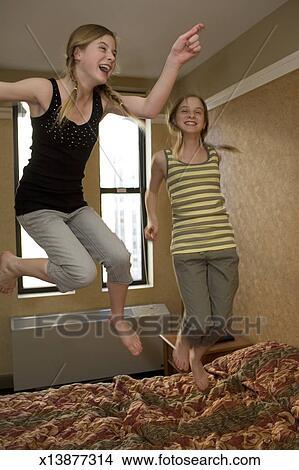 stock foto zwilling jugendliche m dchen 13 14. Black Bedroom Furniture Sets. Home Design Ideas