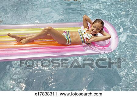 stock fotografie m dchen 8 9 schwimmend in teich auf airbed portr t erh hte ansicht. Black Bedroom Furniture Sets. Home Design Ideas