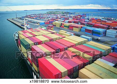 Banco de fotograf as industrial contenedores carga cargado en un barco en un puerto - Contenedores de barco ...