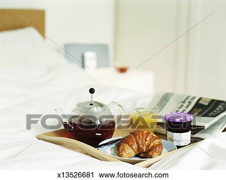 Archivio fotografico vassoio colazione letto con t - Vassoio colazione letto ...