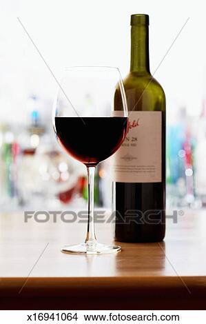 banque de photo bouteille vin rouge et verre vin gros. Black Bedroom Furniture Sets. Home Design Ideas