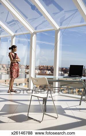 Images femme regarde fen tre informatique bureau for Fenetre informatique