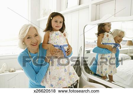 images grand m re tenue petite fille 2 4 sur miroir vanit x26620518 recherchez des. Black Bedroom Furniture Sets. Home Design Ideas