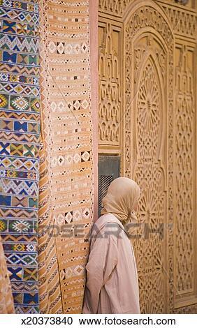 banques de photographies maroc marrakesh position femme dehors tapis magasin par. Black Bedroom Furniture Sets. Home Design Ideas