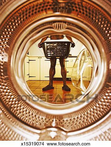 Stock foto man vervelend kniebroek vasthouden mandje van was aanzicht van trommel - Muurschildering volwassen kamer ...