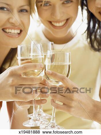 bilder drei freunde toasten wei wein l cheln portr t. Black Bedroom Furniture Sets. Home Design Ideas