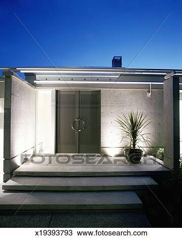 Archivio fotografico entrata a moderno casa esterno for Casa moderna esterno