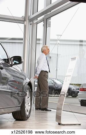 Images m rir vendeur voiture fen tre tenante pr t for Vendeur fenetre