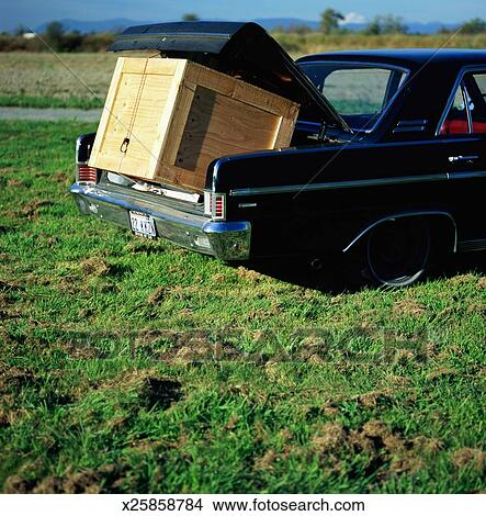 banque de photo caisse bois dans coffre de voiture d 39 poque x25858784 recherchez des. Black Bedroom Furniture Sets. Home Design Ideas
