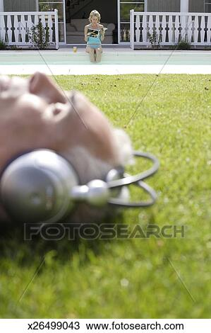 Colecci n de foto hombre maduro llevando auriculares for Auriculares para piscina