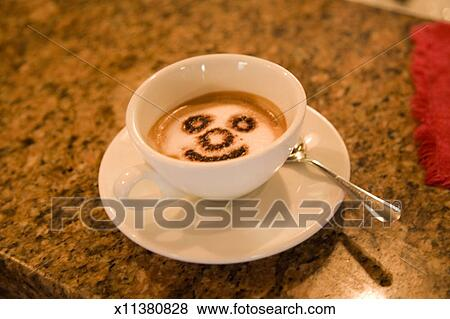 bilder tasse kaffee mit smiley gesicht in bierschaum. Black Bedroom Furniture Sets. Home Design Ideas