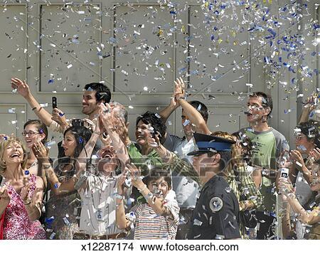 banque de photo confetti tomber sur foule applaudissement dans rue x12287174. Black Bedroom Furniture Sets. Home Design Ideas