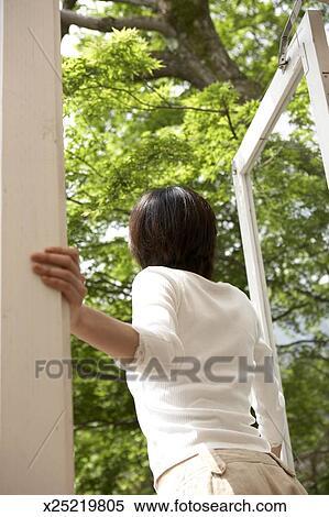 Archivio immagini donna guardando fuori di porta for Bellissimi disegni di casa dentro e fuori