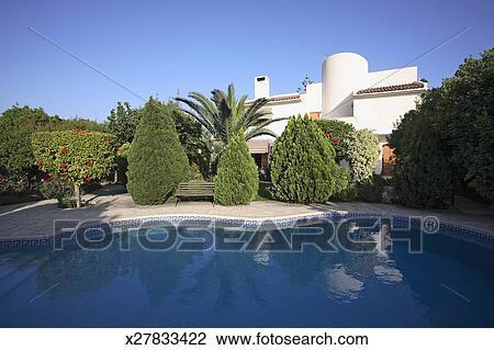banque de photo piscine et jardin de contemporain m diterran en villa x27833422. Black Bedroom Furniture Sets. Home Design Ideas