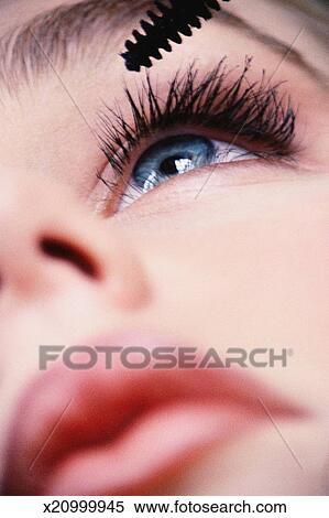 banque d 39 image gros plan de femme appliquant mascara x20999945 recherchez des photos des. Black Bedroom Furniture Sets. Home Design Ideas