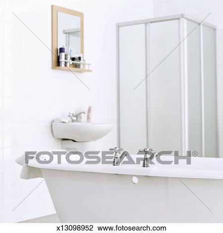 Stock foto een badkamer met een ligbad en een wasbak x13098952 zoek stock fotografie - Badkamer met ligbad ...