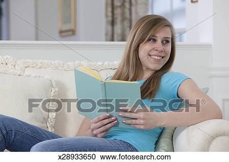 Stock fotografie tiener meisje het lezen van een boek x28933650 zoek stockfoto 39 s beelden - Tiener meisje foto ...