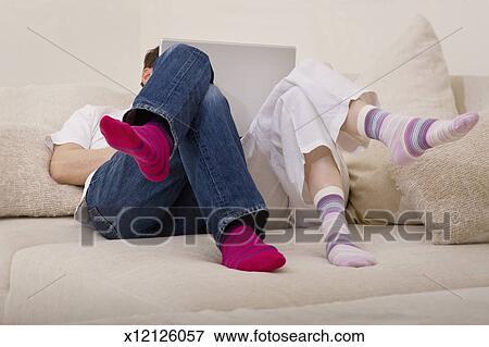 Image partage couple a ordinateur portable depuis for Job depuis chez soi