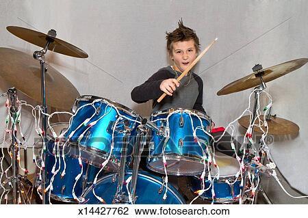 Stock foto een 8 jaar oud jongen het spelen trommels x14427762 zoek stock fotografie for Deco slaapkamer jongen jaar oud