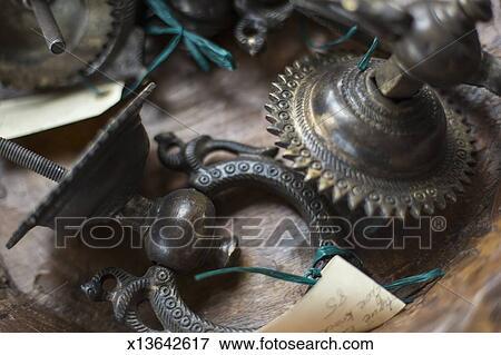 Immagine un negozio antico con uno mostra di for Negozio di metallo con appartamento