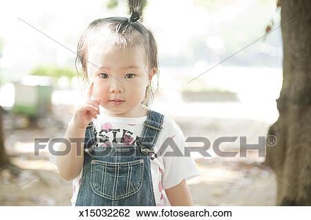 Stock foto verticaal van japanner klein meisje x15032262 zoek stock fotografie print - Foto slaapkamer klein meisje ...
