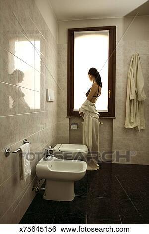 banque d 39 images femme dans salle bains bidet et urinoir x75645156 recherchez des. Black Bedroom Furniture Sets. Home Design Ideas