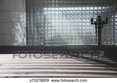stock fotograf silhouette von frauenansehen hinter glas ziegelstein wand x75278609. Black Bedroom Furniture Sets. Home Design Ideas