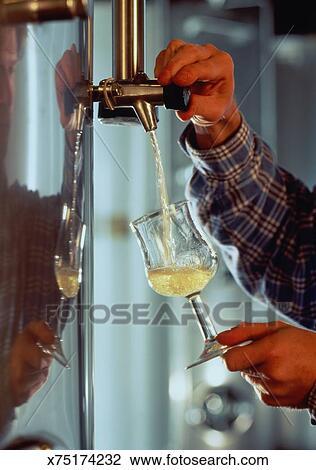 banque de photo homme dessin ferm verre vin blanc dans moderne cave gros plan. Black Bedroom Furniture Sets. Home Design Ideas