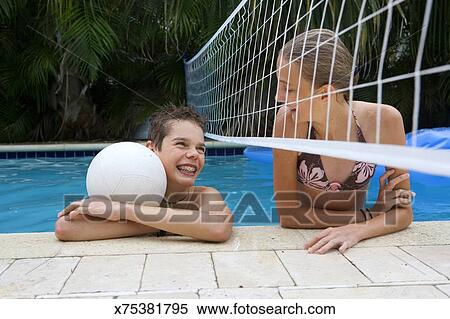 Banque d 39 image gar on adolescent et girl 12 14 - Filet de volley piscine ...