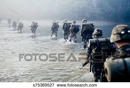 image ligne de soldats marchant par eau x75369527 recherchez des photos des images des. Black Bedroom Furniture Sets. Home Design Ideas