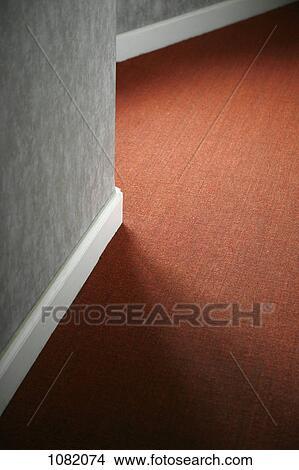 banque de photo contrastes de moquette rouge contre blanc plinthe et gris mur 1082074. Black Bedroom Furniture Sets. Home Design Ideas