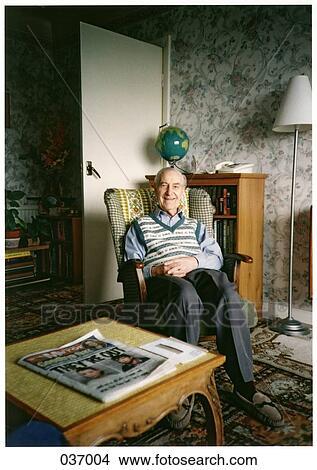 Stock foto ein alter mann sitzen in a schaukelstuhl for Alter mann im schaukelstuhl