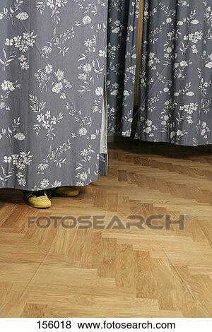 images vue c t de pieds humains dessous a vestiaire rideau 156018 recherchez des. Black Bedroom Furniture Sets. Home Design Ideas