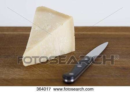 image parmesan fromage et couteau cuisine sur bois planche d couper 364017 recherchez. Black Bedroom Furniture Sets. Home Design Ideas