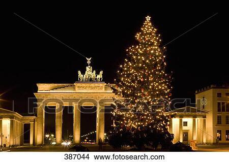stock foto beleuchtetes weihnachtsbaum vor dass. Black Bedroom Furniture Sets. Home Design Ideas