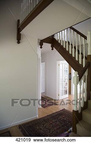 banque de photographies hypnotisez couloir et escalier dans a maison 421019 recherchez. Black Bedroom Furniture Sets. Home Design Ideas